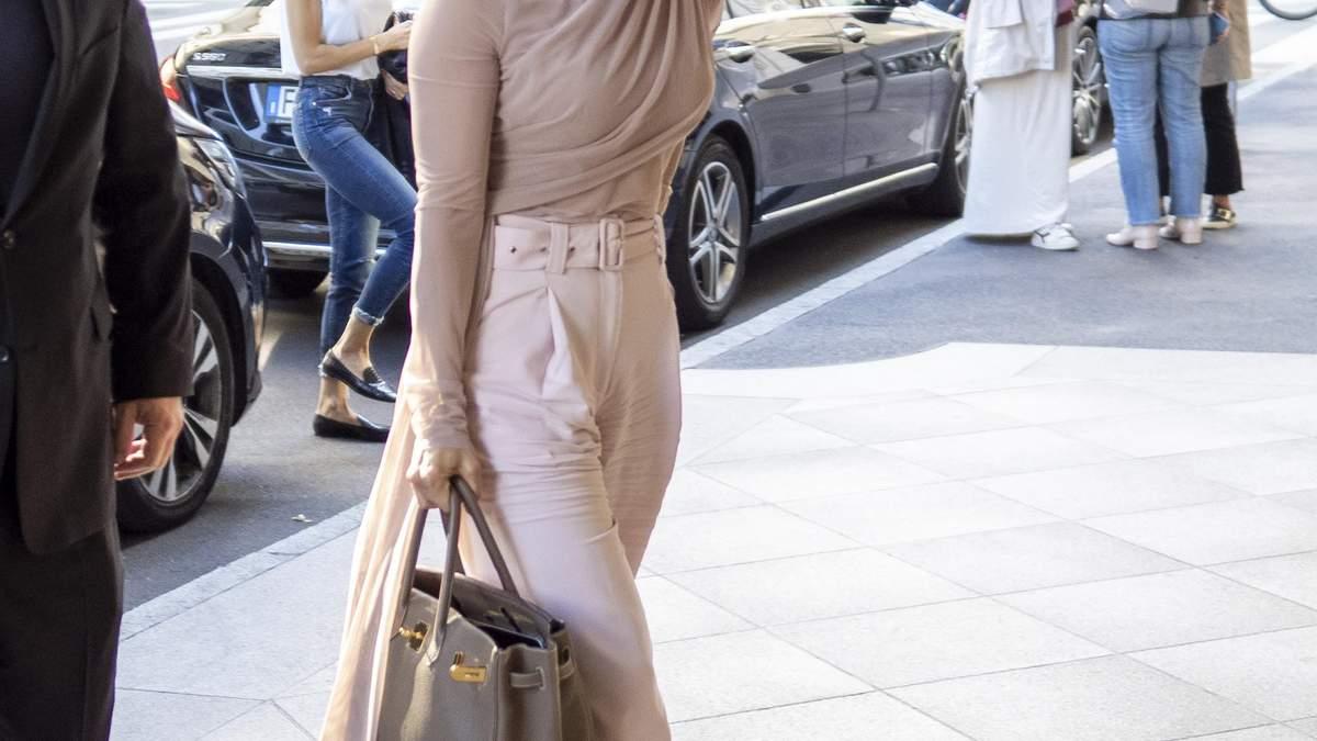 Знайди Дженніфер Лопес: співачка сховалася під капелюхом під час Тижня моди в Мілані – фото