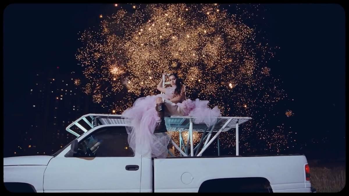 Известная британская певица сняла клип на столичной Троещине