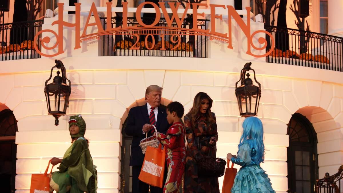 Меланія і Дональд Трамп відсвяткували Геловін у Білому домі