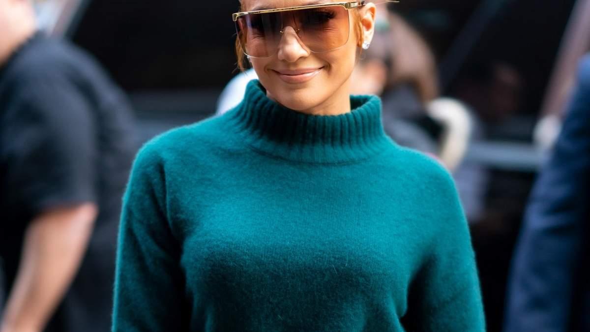 Бутылочно зеленый цвет: Дженнифер Лопес продемонстрировала эффектный total look