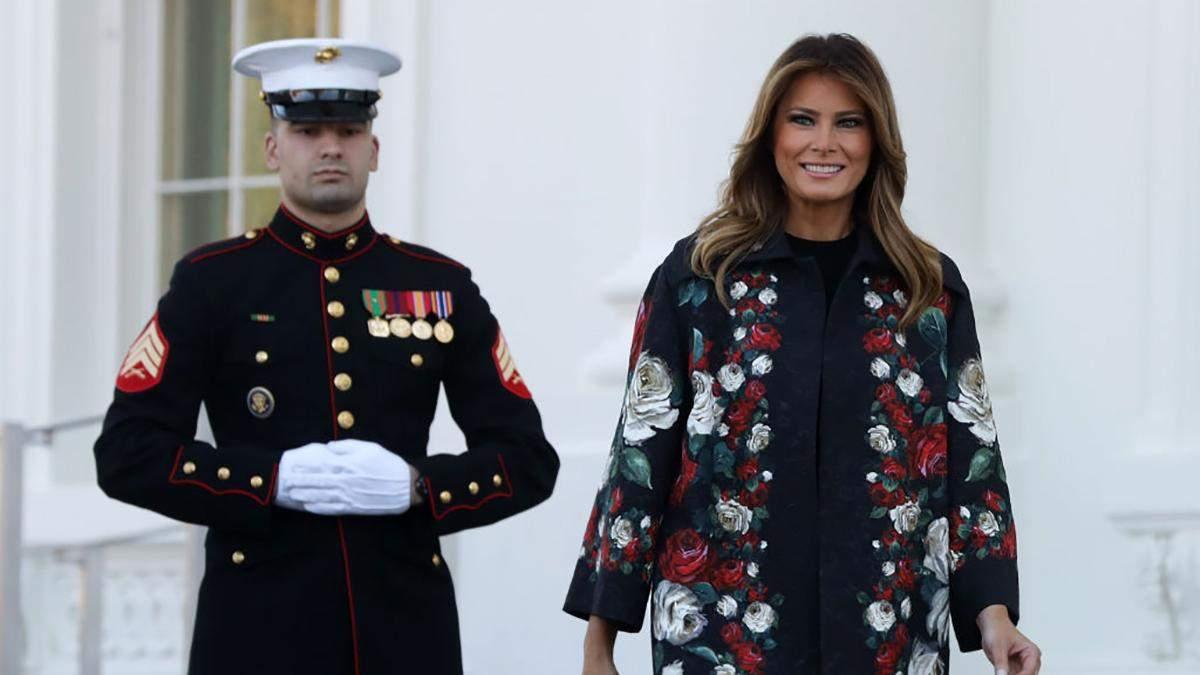 У пальті від Dolce & Gabbana: Меланія Трамп показала підготовку до Різдва