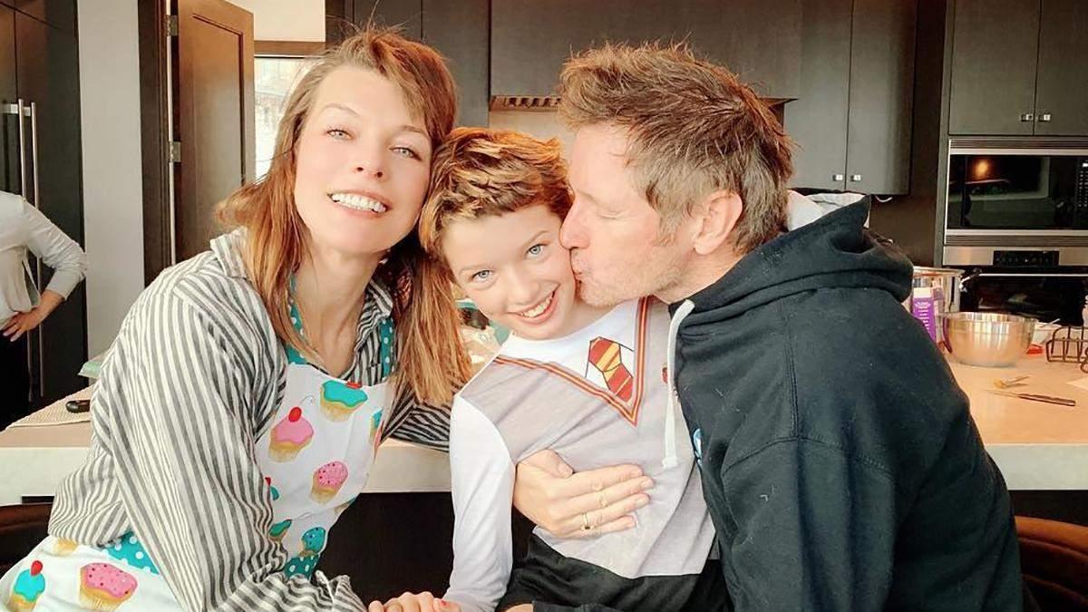 Мила Йовович с мужем и дочкой