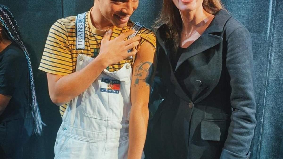 Анджелина Джоли встретилась с парнем, который сделал тату с ее лицом