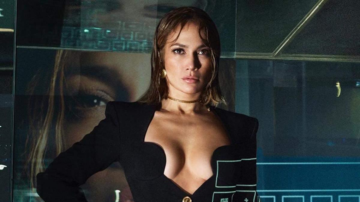 Дженніфер Лопес засвітила оголені груди: сексуальні фото