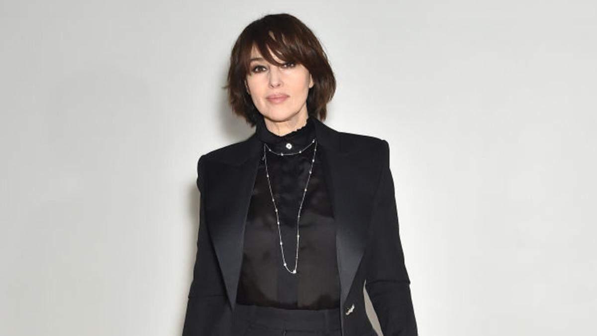 У чорному костюмі та на підборах: Моніка Беллуччі зачарувала виходом у Парижі