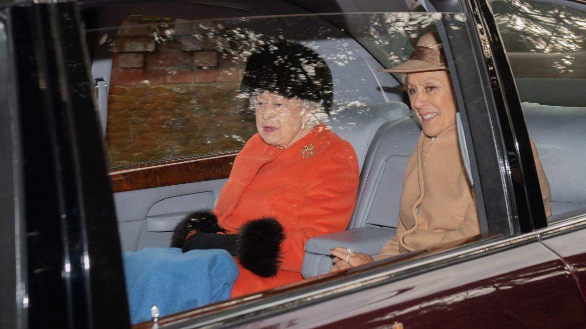 Вишукана королева Єлизавета ІІ відвідала службу: красиві фото