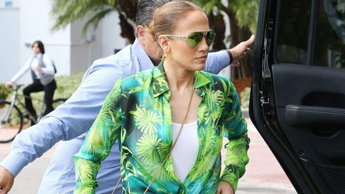 Дженніфер Лопес у вбранні Versace