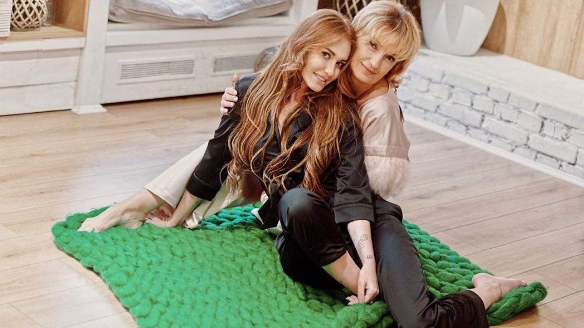 Співачка Слава Камінська з мамою