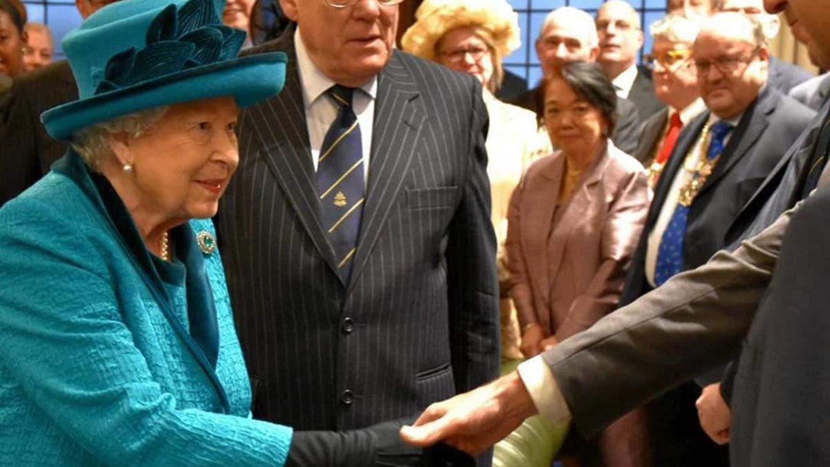 Єлизавета ІІ одягнула рукавички через загрозу коронавірусу