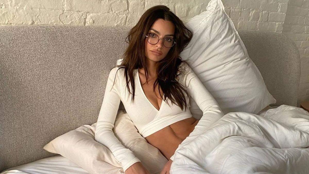 Эмили Ратаковски засветила обнаженную грудь: горячее фото
