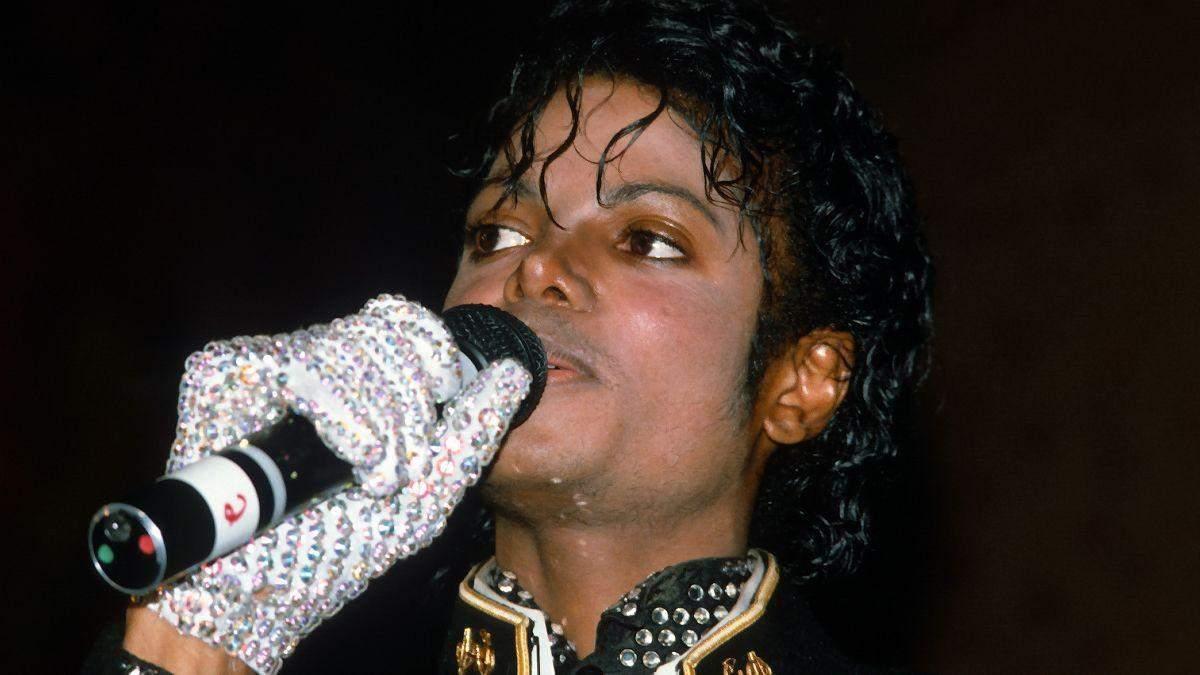 Майкл Джексон в білій рукавичці