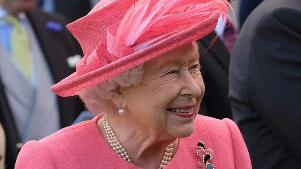 Елизавета II обратилась к медикам