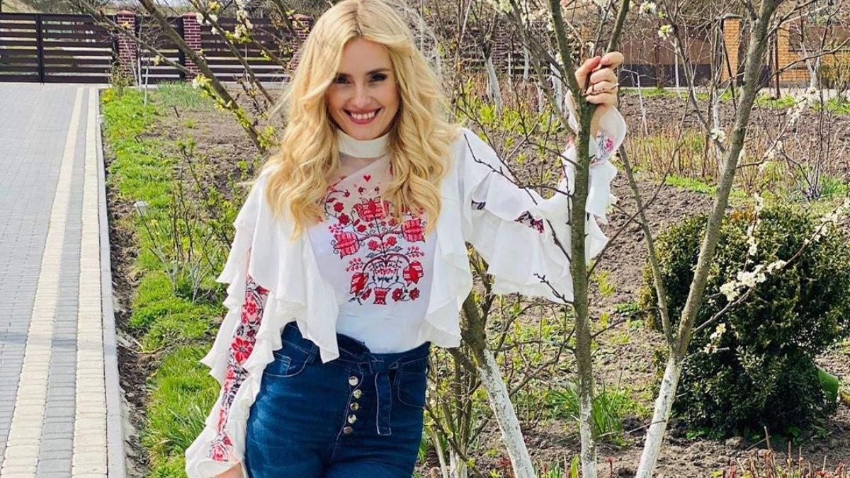 У вишиванці та в джинсах: Ірина Федишин продемонструвала стильний весняний образ