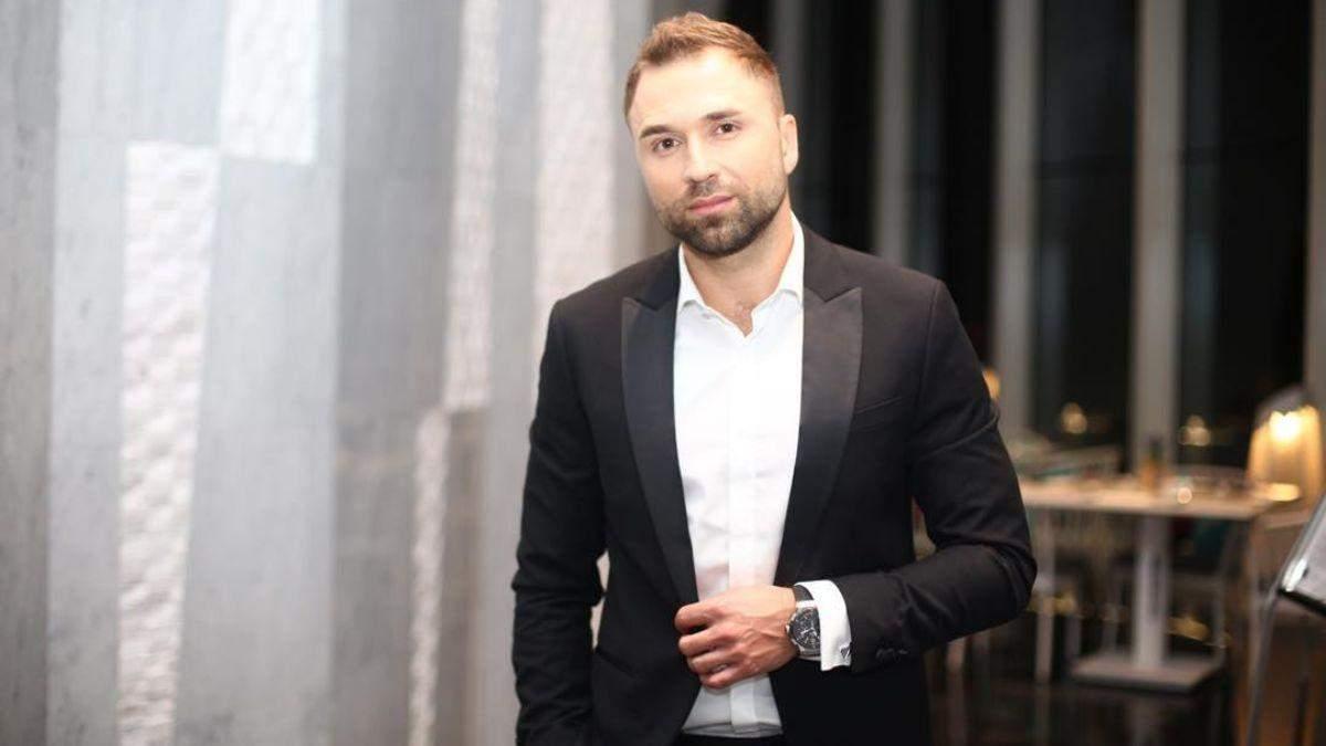 """""""Холостяк"""" Максим Михайлюк поділився кумедними фото зі зйомок проєкту"""