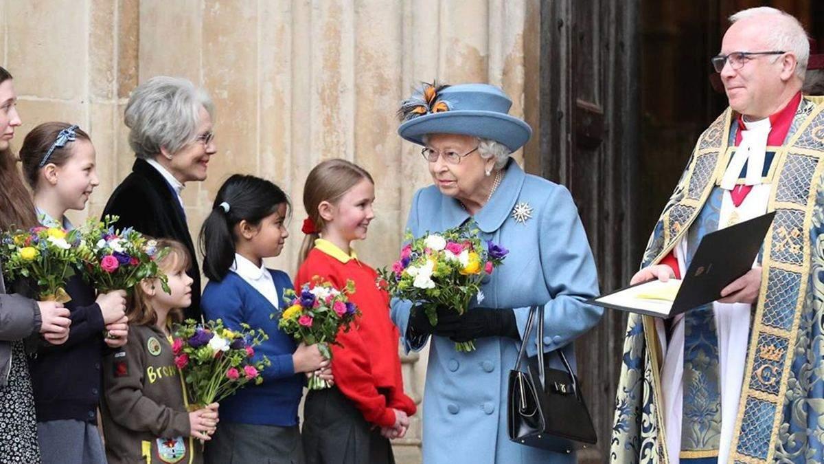 Королева Єлизавета ІІ з'явилася на кінній прогулянці