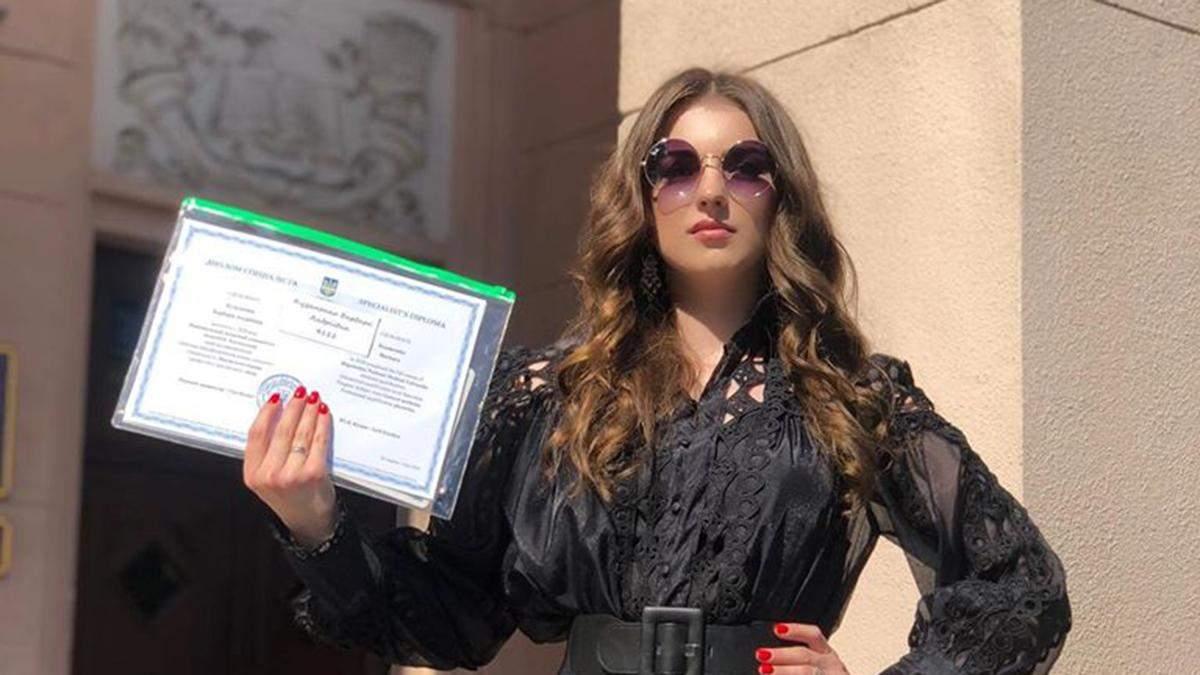 Дочь Скрябина получила образование врача: фото с выпускного в черном мини-платье