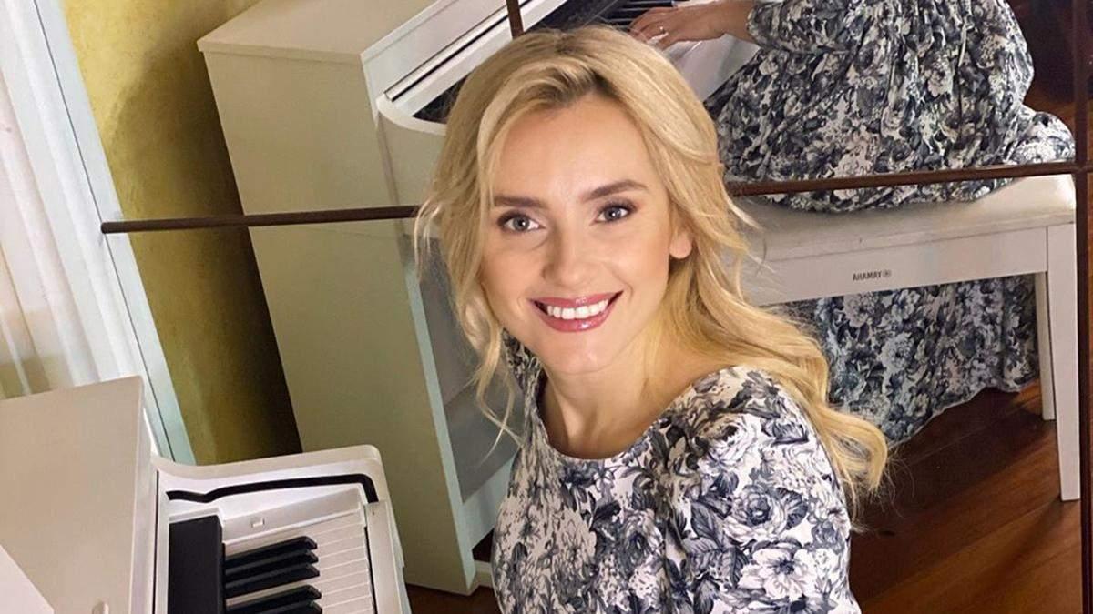 Ирина Федишин в платье с цветочным принтом