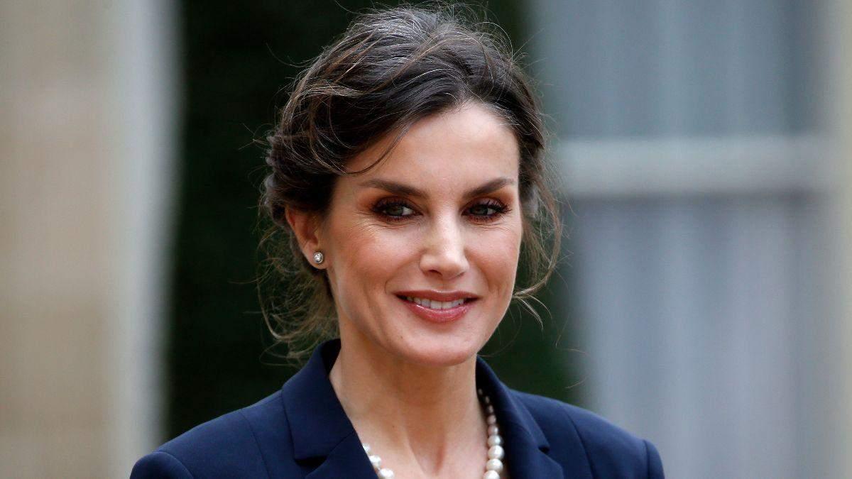 В кюлотах и босоножках на платформе: королева Летиция показала стильный деловой образ – фото