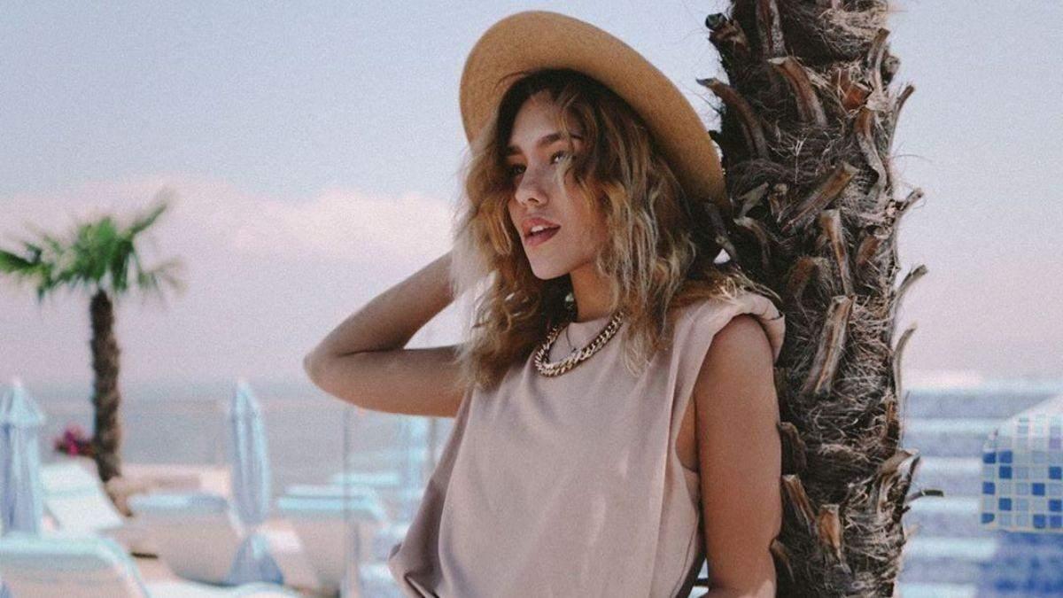 У білій сукні з оголеними плечима: Даша Квіткова показала літній образ на палубі яхти – фото