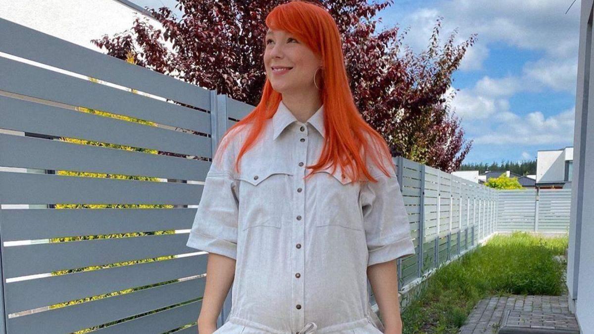 У білій сукні: вагітна Світлана Тарабарова зачарувала бездоганним літнім образом – фото