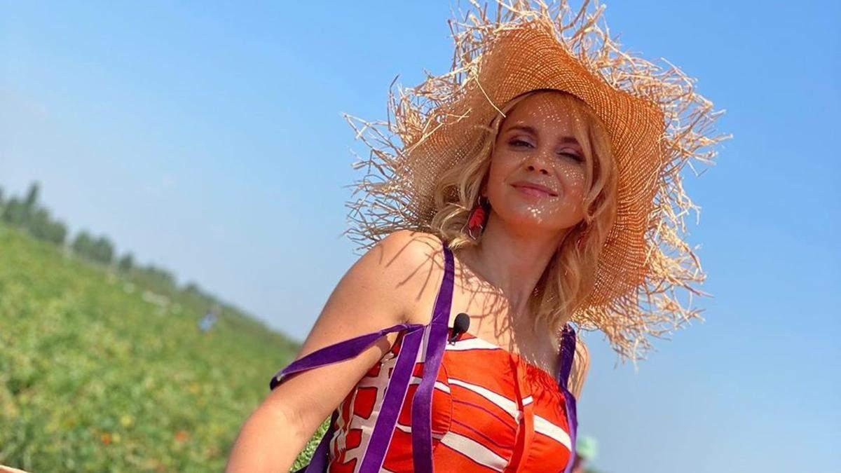 Лілія Ребрик у яскравому сарафані й капелюсі