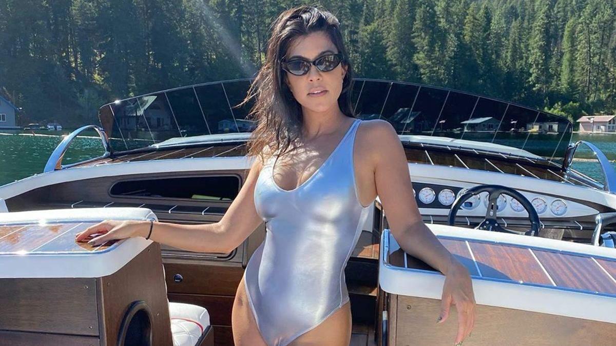 В розовом бикини: Кортни Кардашян эротично позировала на лодке – горячие фото