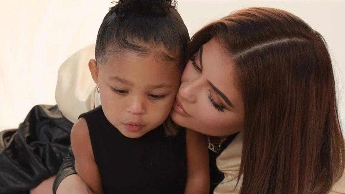 Кайли Дженнер отправила 2-летнюю дочь в школу