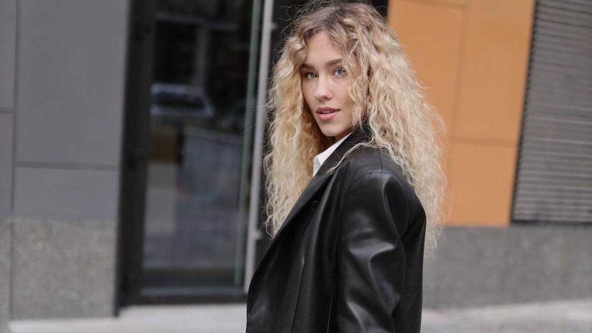 У джинсах та шкіряній куртці: Даша Квіткова показала ідеальний варіант осіннього образу