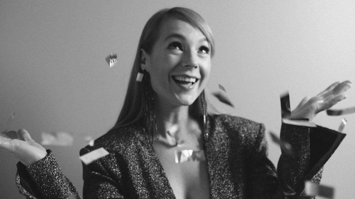 В изысканном платье и на каблуках: Светлана Тарабарова восхитила образом total black – фото
