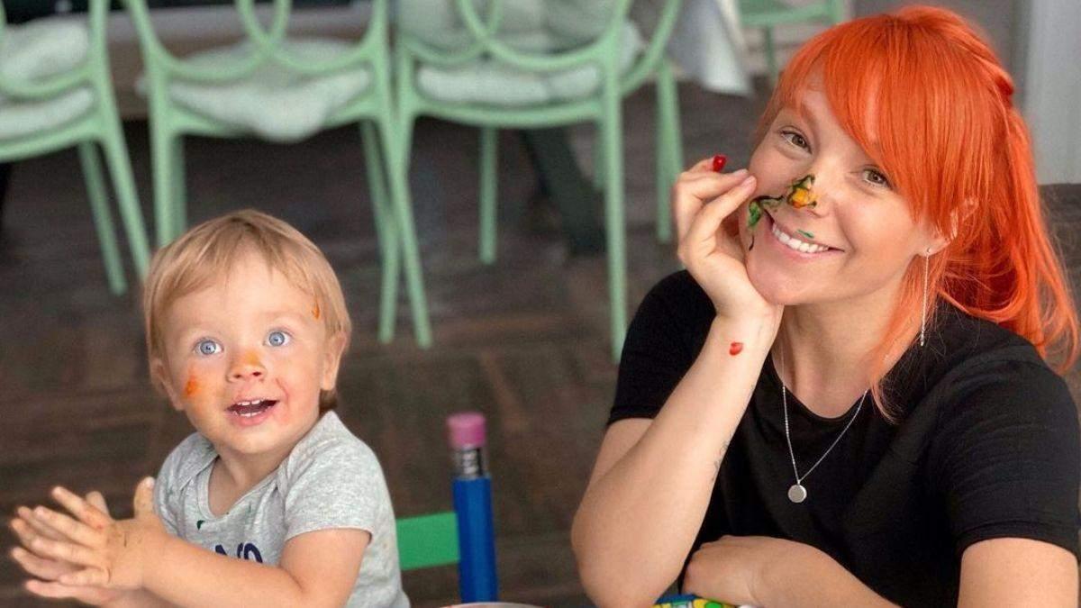 Светлана Тарабарова с сыном радуется первому снегу