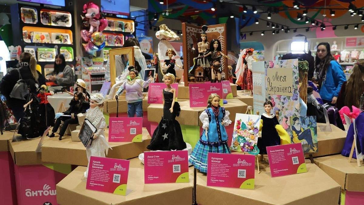В Одессе к 8 Марта открыли выставку Barbie: Госпожа Украины