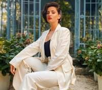 У білому костюмі: Оля Цибульська підкорила розкішним образом – фото