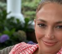 У халаті та без макіяжу: Дженніфер Лопес показала, як виглядає вдома – відео