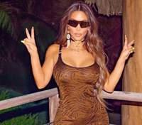 Без нижнего белья: Ким Кардашян засветила большую грудь в шелковом костюме – фото