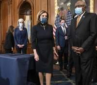 Платье импичмента: Нэнси Пелоси дважды надела одинаковое платье в Палату Конгресса