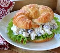Самый вкусный салат из курицы и винограда: рецепт диетической закуски