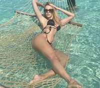 В черном купальнике: Оля Полякова похвасталась обнаженными ягодицами – горячие фото
