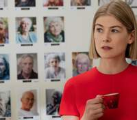 Не обійшлось без фотошопу: Розамунд Пайк розповіла, як редагують постери її фільмів