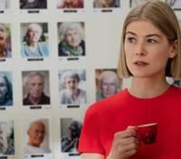 Не обошлось без фотошопа: Розамунд Пайк рассказала, как редактируют постеры ее фильмов