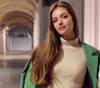 Дружина Дмитра Комарова показала стильний образ у зеленому костюмі: фото
