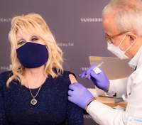 75-летняя Долли Партон вакцинировалась от коронавируса