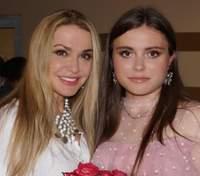 Ольга Сумская трогательно поздравила дочь с 19-летием и показала архивные фото из роддома