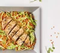 Салат с курицей, сельдереем, морковью и кунжутным соусом: домашний рецепт