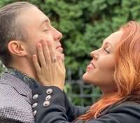 Alyosha підкорила мережу рідкісним фото з чоловіком