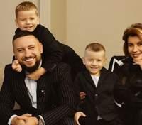 Монатик с женой и сыновьями позировал в съемке для глянца: эффектные фото
