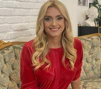 Ірина Федишин зачарувала стильним повсякденним образом у червоній кофті: фото