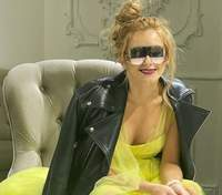 Ирина Федишин ошеломила дерзким аутфитом: фото звезды в платье и массивных ботинках