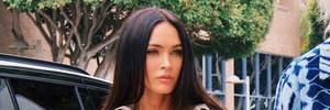 Королева стиля: Меган Фокс соединила короткий нюдовый топ с тренчем Acne Studios