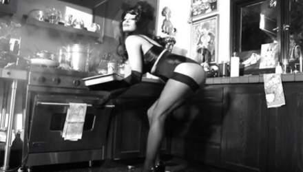 Памела Андерсон снялась в мини-фильме в роли откровенной поварихи