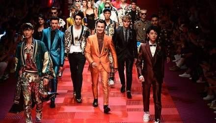 Сыновья Памелы Андерсон и внук Чаплина: какие звезды засветились на подиуме Milan Men's Fashion